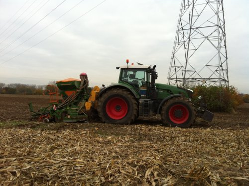 Tarwe zaaien met de 939, met agrisem combiplow en amazone 3,5m. Geplaatst door timme936 op 23-11-2012 om 10:26:06, op TractorFan.nl - de nummer 1 tractor foto website.