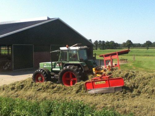 Foto van een Fendt (type weet ik zo niet meer uit m'n hoofd). bezig met gras inkuilen. Juli 2012. Loonbedrijf Wesselink Manderveen. i.c.m. een Veenhuis kuilverdeler