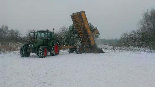 Foto van een Fendt 312 Vario, bezig met dumperen.. Geplaatst door Fendt-LSA op 17-01-2013 om 16:44:22, op TractorFan.nl - de nummer 1 tractor foto website.