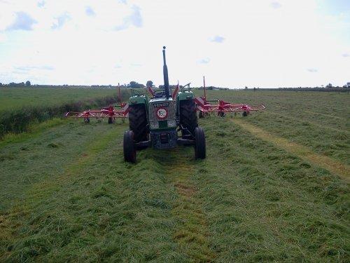 Foto van een Fendt 103 S, bezig met gras schudden.. Geplaatst door Angelo368 op 02-02-2013 om 10:29:28, op TractorFan.nl - de nummer 1 tractor foto website.