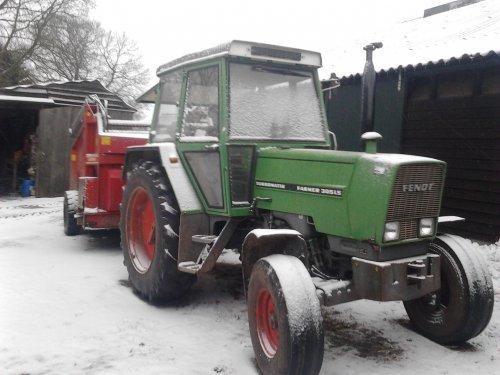 Foto van een Fendt 305 LS, druk bezig met Poseren. In de sneeuw. Geplaatst door bart99 op 20-02-2013 om 21:38:43, op TractorFan.nl - de nummer 1 tractor foto website.