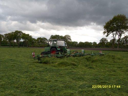 Foto van een Fendt 305 LS, bezig met gras schudden.. Geplaatst door Jasperfendt op 22-05-2013 om 22:10:23, op TractorFan.nl - de nummer 1 tractor foto website.