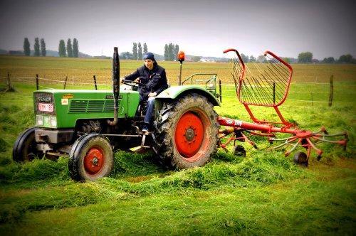 Foto van een Fendt Farmer 2 DE, bezig met gras schudden.. Geplaatst door JVS en ADP op 18-06-2013 om 17:31:53, met 2 reacties.