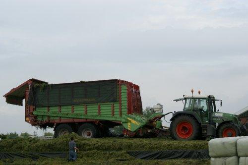 Foto van een Fendt 716, bezig met gras inkuilen.. Geplaatst door john deere 1030 op 24-06-2013 om 20:19:34, op TractorFan.nl - de nummer 1 tractor foto website.