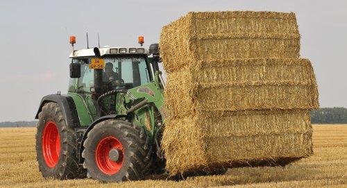 De Fendt 712 van Loonbedrijf Simon Berends aan het stro pakken rijden.   [url=http://landbouwpowerss.wordpress.com/]Klik hier voor meer[/url]