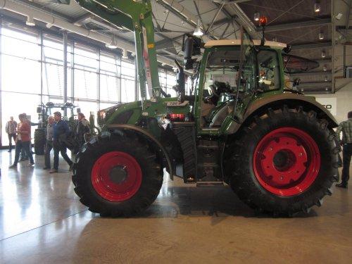 Foto van een Fendt 720, bezig met poseren.. Geplaatst door jordi 1455 op 25-03-2014 om 18:01:56, op TractorFan.nl - de nummer 1 tractor foto website.