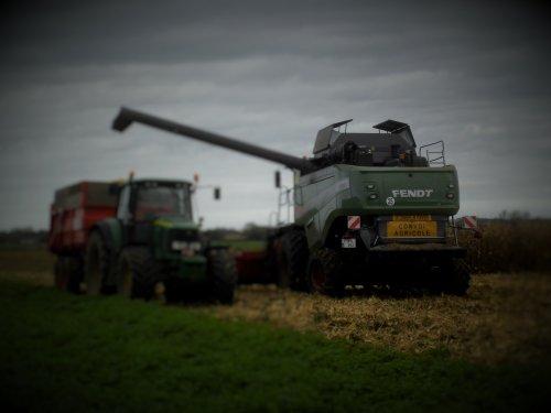 Foto van een Fendt 6335 C, bezig met maaidorsen.. Geplaatst door Jan Ramon op 25-10-2014 om 16:53:53, op TractorFan.nl - de nummer 1 tractor foto website.