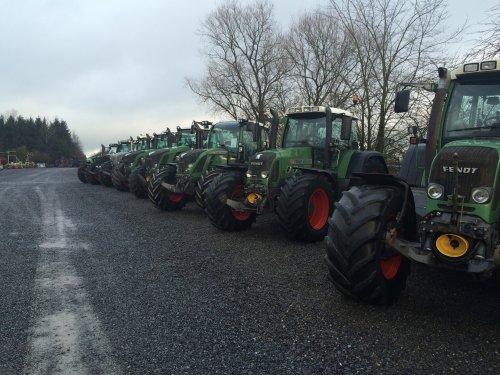 Foto van een Fendt Meerdere, druk bezig met Poseren.. Geplaatst door TurnMeLoose op 02-01-2015 om 23:55:57, op TractorFan.nl - de nummer 1 tractor foto website.