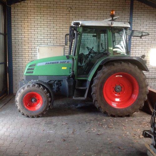 Foto van een Fendt 307 C.. Geplaatst door Gvdw op 04-01-2015 om 14:17:50, op TractorFan.nl - de nummer 1 tractor foto website.