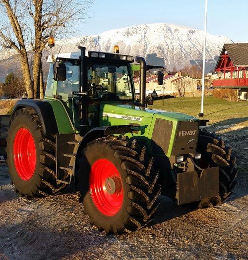Foto van een Fendt 920, bezig met poseren. Snow all gone, but the weather is still cold. Good to have a tractor that always start no matter what :)