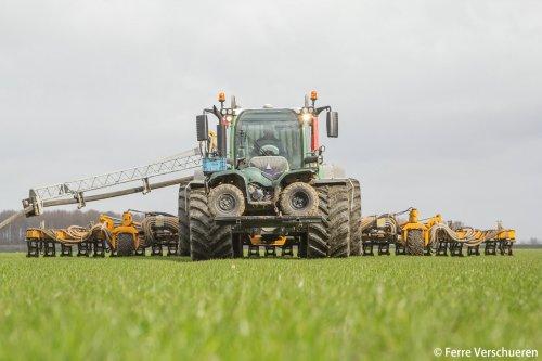 Fendt 516 met Veenhuis Rotomax en 12 meter graslandbemester aan het sleepslangen in de polders!. Geplaatst door FerreV op 27-02-2015 om 13:49:38, met 8 reacties.