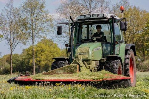 Foto van een Fendt 309 C, druk bezig met Gras maaien.. Geplaatst door bart99 op 14-06-2015 om 17:27:08, met 4 reacties.