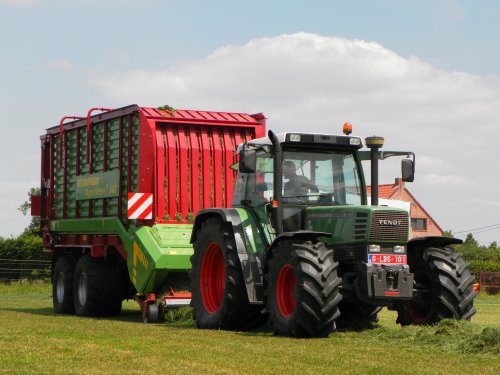 Foto van een Fendt 311 met strautmann mega Vitesse 3401 cfs, bezig met gras inkuilen.. Geplaatst door jannesfendt op 06-08-2015 om 12:03:18, met 9 reacties.
