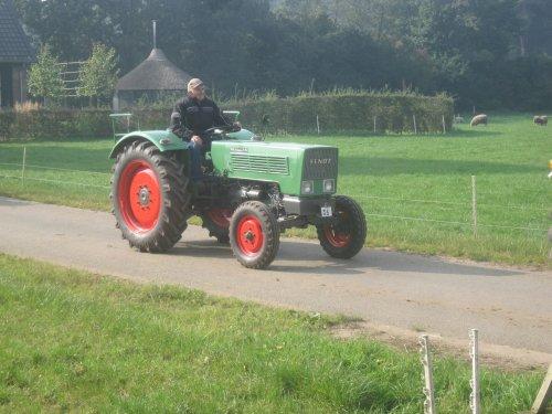 Foto van een Fendt Farmer 2 DE, bezig met poseren.. Geplaatst door jordi 1455 op 12-10-2015 om 16:48:16, op TractorFan.nl - de nummer 1 tractor foto website.