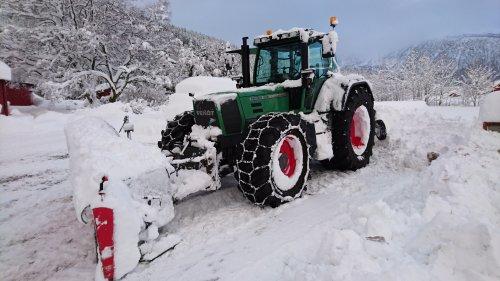 Foto van een Fendt 920, bezig met poseren. 1 meter of snow is no problem for this setup :D. Geplaatst door Erik307 op 22-01-2016 om 09:15:19, met 14 reacties.