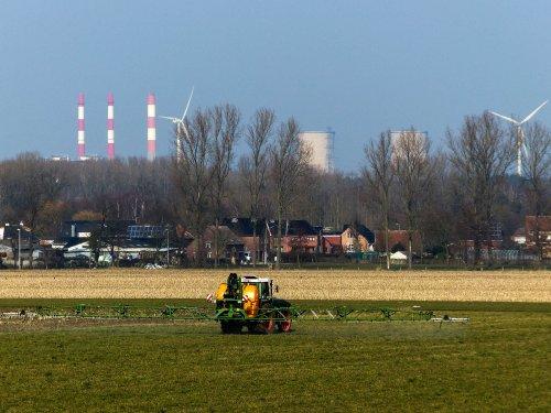 Foto van een Fendt F 395 GT bezig met luzerne spuiten.. Geplaatst door NHfan97 op 10-03-2016 om 15:43:57, op TractorFan.nl - de nummer 1 tractor foto website.