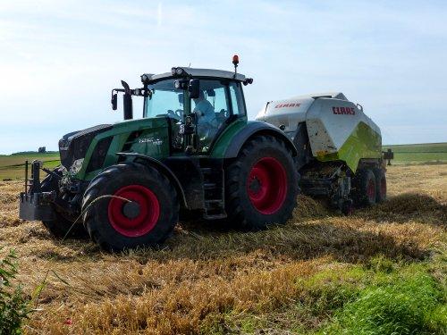 Foto van een Fendt 828 bezig met stropersen.. Geplaatst door NHfan97 op 11-07-2016 om 14:15:31, op TractorFan.nl - de nummer 1 tractor foto website.