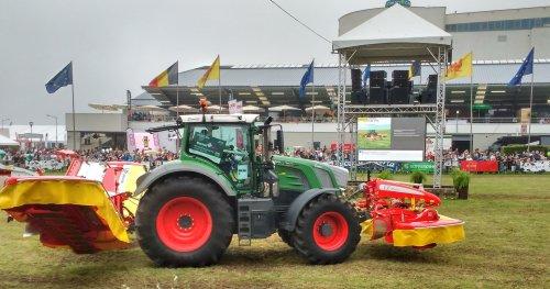 Foto van een Fendt 828. Op de Beurs van Libramont.. Geplaatst door T track op 26-07-2016 om 15:43:35, op TractorFan.nl - de nummer 1 tractor foto website.