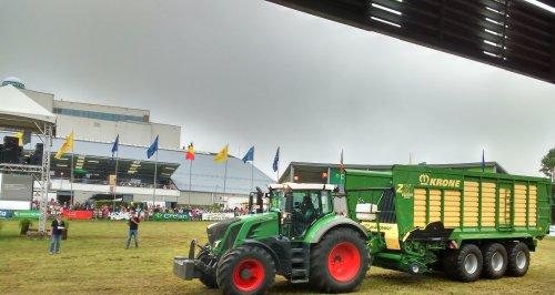 Foto van een Fendt 828. Op de Beurs van Libramont.. Geplaatst door T track op 26-07-2016 om 16:09:39, op TractorFan.nl - de nummer 1 tractor foto website.