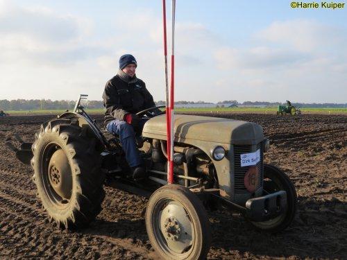 Foto van een Ferguson TEF , nationale ploegwedstrijd 22/11/2019 in Stadskanaal. Geplaatst door oldtimergek op 19-05-2020 om 12:49:21, op TractorFan.nl - de nummer 1 tractor foto website.