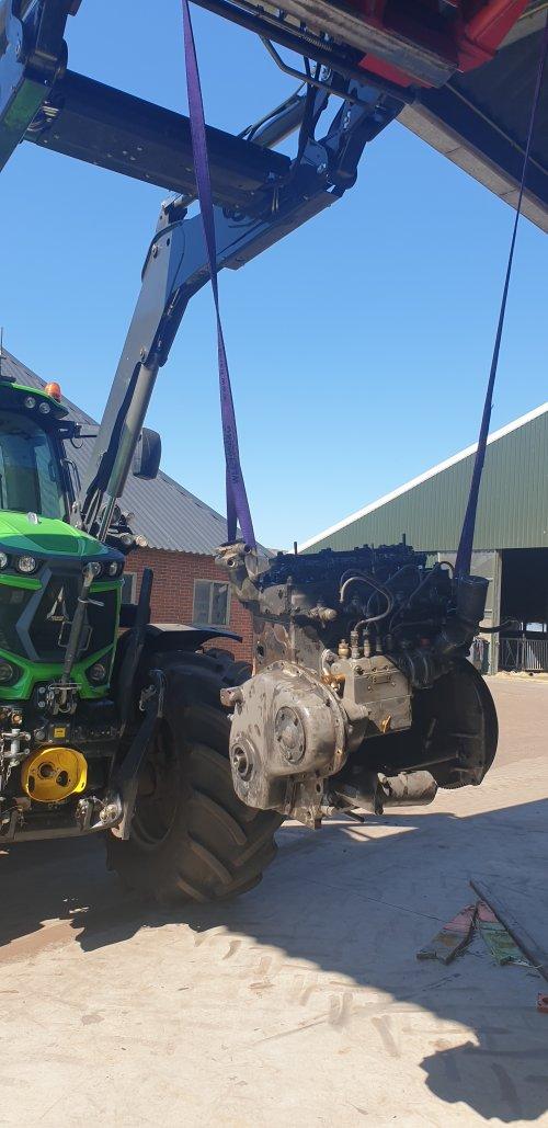 Foto van een Ferguson TEF 20 motorblok, nieuwe zuigers en bussen gemonteerd, en nu weer afbouwen. Geplaatst door Koiter op 01-05-2021 om 16:34:01, met 2 reacties.
