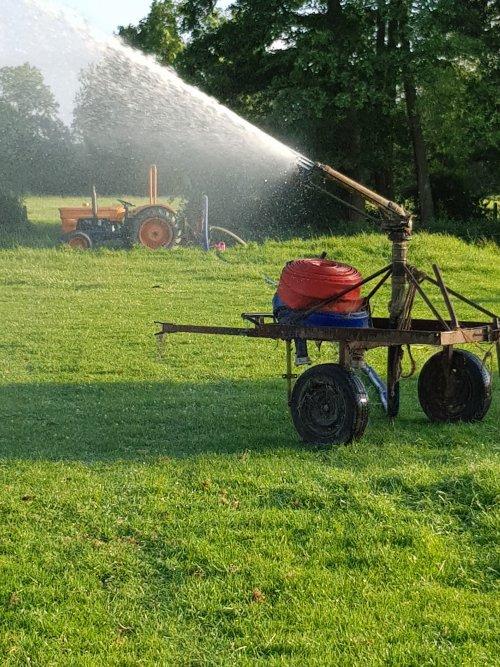 Ja, dat doet 'ie toch maar mooi ! Ff de tuin voor het huis van een lekker buitje voorzien :-). Geplaatst door kees-stuij op 22-06-2017 om 18:33:34, op TractorFan.nl - de nummer 1 tractor foto website.