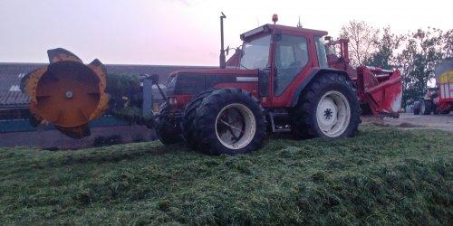 Foto van een Fiat Winner. Bezig met verdelen en inrijden van de kuil.. Geplaatst door Bakker S op 20-05-2018 om 09:00:01, op TractorFan.nl - de nummer 1 tractor foto website.