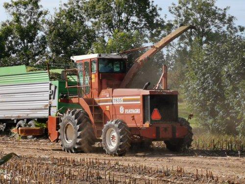 Foto van een Fiat 7835, druk in de mais.. Geplaatst door joostmc-cormick op 01-10-2019 om 15:55:10, op TractorFan.nl - de nummer 1 tractor foto website.