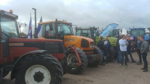 Foto van een Meerdere tractoren Fiat F115 Renault 640RZ en een Valtra 8550 op het (ingenomen) Maliveld 😁