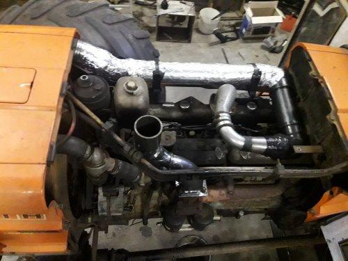 Foto van een Fiat 1300 Super In en uitlaat spruitstuk gemaakt om zonder turbo te rijden.  Ik kan nu in een half uurtje wisselen. 😊