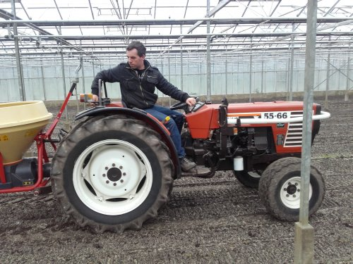 Foto van een Fiat 55-66 aan het kunstmeststrooien met Vicon pendelstrooier in de kas. Geplaatst door fiatjuh op 05-02-2016 om 20:13:51, op TractorFan.nl - de nummer 1 tractor foto website.