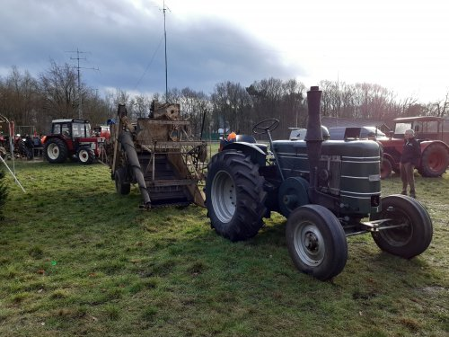 Foto van een Field Marshall met Lanz maaidorser. Geplaatst door tffkab op 12-01-2020 om 17:52:25, op TractorFan.nl - de nummer 1 tractor foto website.