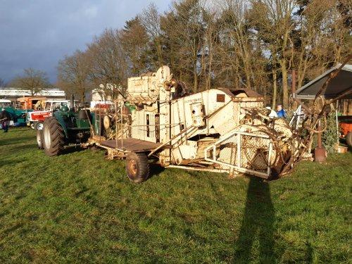 Foto van een Field Marshall met Lanz maaidorser  Deze is voorzien van een opgebouwde stropers. Geplaatst door tffkab op 12-01-2020 om 17:54:02, op TractorFan.nl - de nummer 1 tractor foto website.