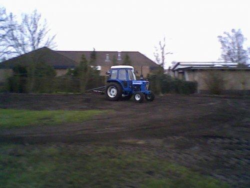 Foto van een Ford 4600, bezig met kilveren.. Geplaatst door girtjuh1455 op 23-02-2008 om 11:42:38, op TractorFan.nl - de nummer 1 tractor foto website.