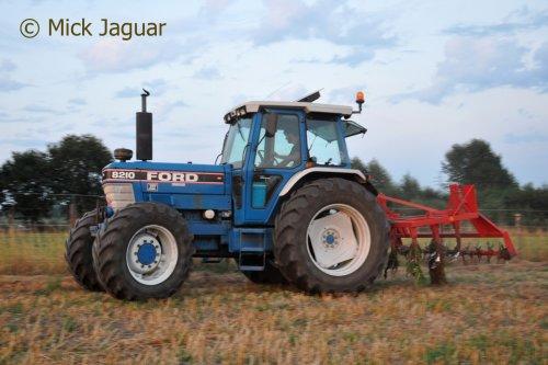Ford 8210 met Billens cultivator.  Filmpje? -> https://www.tractorfan.nl/movie/46410/. Geplaatst door Mick Jaguar op 26-11-2016 om 17:35:05, met 5 reacties.