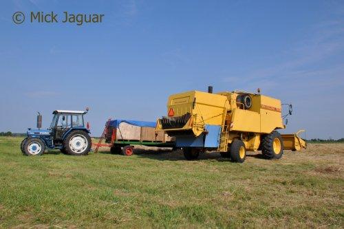 Ford 4830 met vlakke wagen en NEw Holland TX 36, bezig met graszaad te dorsen.  Filmpje? -> https://www.tractorfan.nl/movie/46649/