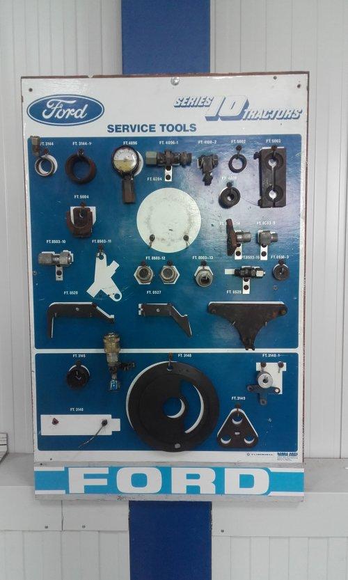 Foto van een Ford 10 serie gereedschapsbord. Alle originele tools voor reparatie van deze series opgehangen in de nieuwe werkplaats.