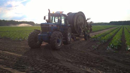 Foto van een Ford 8630 bezig met haspelen. Geplaatst door blue-ford4600 op 09-06-2017 om 10:40:23, op TractorFan.nl - de nummer 1 tractor foto website.