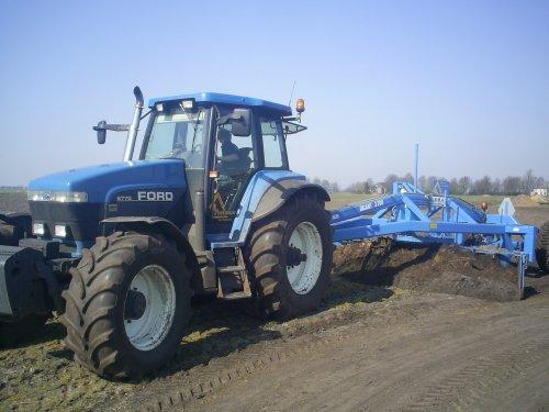 Foto van een Ford 8870, bezig met kilveren. grondverzetbedrijf Poelman aan t kilveren met een 8770. Geplaatst door bartjuh op 15-04-2008 om 20:30:16, met 7 reacties.