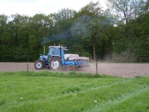 Foto van een Ford 7610 mais zaaien [@jeet]. Geplaatst door ford4610 op 23-08-2017 om 16:15:23, op TractorFan.nl - de nummer 1 tractor foto website.