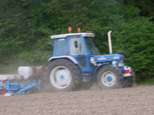Foto van een Ford 7610 mais zaaien [@jeet]. Geplaatst door ford4610 op 23-08-2017 om 16:15:25, op TractorFan.nl - de nummer 1 tractor foto website.