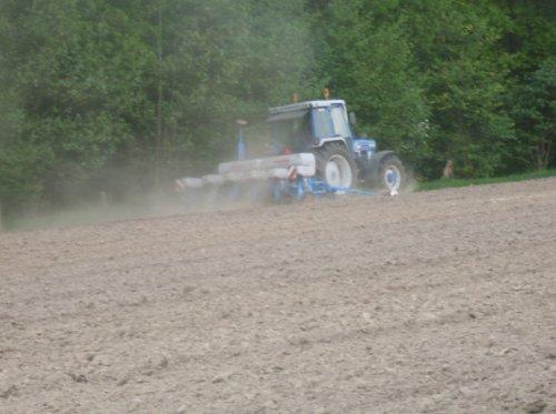 Foto van een Ford 7610 mais zaaien [@jeet]. Geplaatst door ford4610 op 23-08-2017 om 16:15:27, op TractorFan.nl - de nummer 1 tractor foto website.