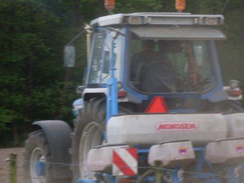 Foto van een Ford 7610 mais zaaien [@jeet]. Geplaatst door ford4610 op 23-08-2017 om 16:15:28, op TractorFan.nl - de nummer 1 tractor foto website.