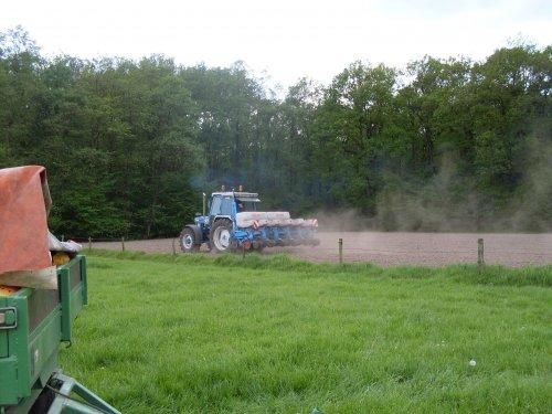 Foto van een Ford 7610 mais zaaien [@jeet]. Geplaatst door ford4610 op 23-08-2017 om 16:15:32, op TractorFan.nl - de nummer 1 tractor foto website.
