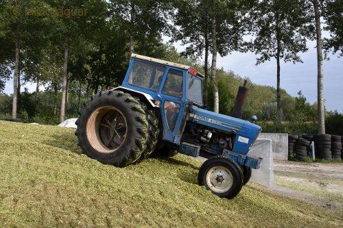 Ford 6600 op dubbellucht op de maiskuil.  Filmpje? -> https://www.tractorfan.nl/movie/49432/. Geplaatst door Mick Jaguar op 31-01-2018 om 07:48:33, met 14 reacties.