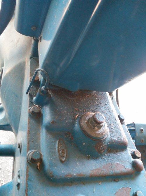 Foto van een Ford 4610 deksel gesynchroniseerde versnellingsbak 8x4 H patroon bj. 1985. Geplaatst door jammermaarhelaas op 30-06-2018 om 11:42:59, op TractorFan.nl - de nummer 1 tractor foto website.