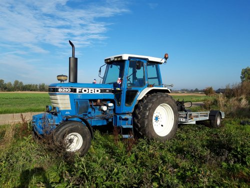 Foto van een Ford 8210. Met het vervoeren van een mini. Deze staat ook nog eens te koop. Geplaatst door ursus op 16-10-2018 om 12:28:30, met 5 reacties.