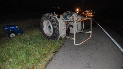 Tractor breekt tijdens rit in tweeën  Brummen - Op de Wapsumsestraat N345 tussen Zutphen en Brummen is dinsdag aan het begin van de avond een eenzijdig ongeluk gebeurd. Een persoon raakte lichtgewond. Een tractor reed omstreeks 19.00 uur vanuit Zutphen over de autoweg, waar geen tractoren mogen rijden, toen deze spontaan in tweeën brak. Gealarmeerde hulpdiensten waren snel ter plaatse. Na controle bleek de bestuurder lichtgewond te zijn. De wegbeheerder is in kennis gesteld om de gelekte olie op te ruimen. Hoe de tractor in tweeën kon breken, is niet bekend. Mogelijk is ouderdom de oorzaak. Foto: LokaalGelderland