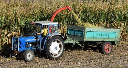 Ford 4600 met Kemper Sprinter maishakselaar en OVA 4 ton mestwagen, bezig met mais te hakselen. Geplaatst door Mick Jaguar op 23-11-2018 om 12:34:17, met 3 reacties.