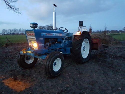 Foto van een Ford 7000 mest weg gebracht en een beetje grond opgehaald. Geplaatst door Fordje4600 op 12-02-2019 om 09:57:03, met 8 reacties.
